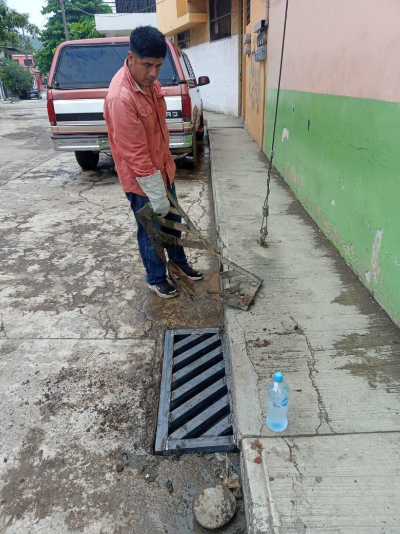 SERVICIOS MUNICIPALES REALIZA TRABAJOS DE REHABILITACIÓN EN REJILLAS DE LA ZONA CENTRO